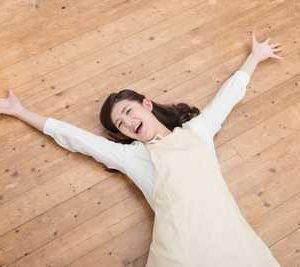 開放されて床に寝そべって喜びを爆発させる女性