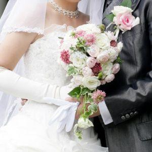 幸せな結婚式で抱き合っている新婚夫婦