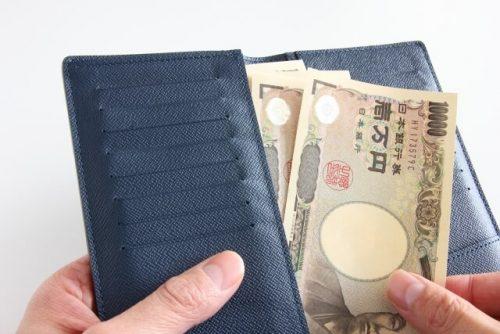 生前贈与のために財布から万札を出す人