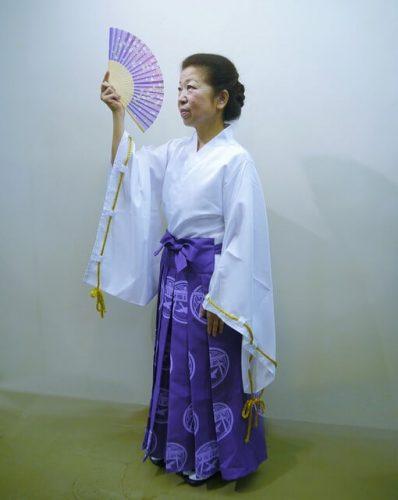白袴をきて踊っている年配の女性