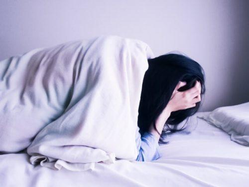 育児疲れからの睡眠不足で苦しんでいる女性