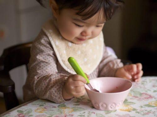 早めに自分で食事が出来るようにしつけをして、一人で食事が出来るようになった2歳児