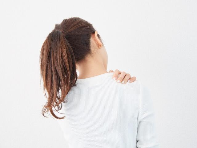 四十肩で育児疲れが溜まっている女性