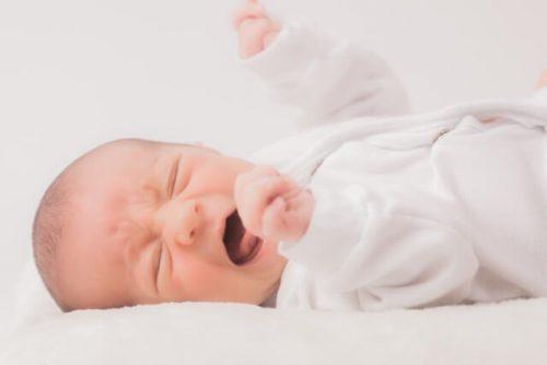 夜中におぎゃーと叫んでいる赤ちゃん