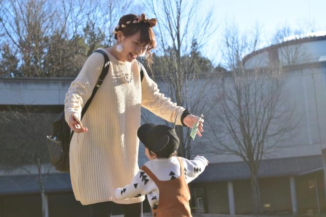 子供と公園で遊ぶシングルマザー