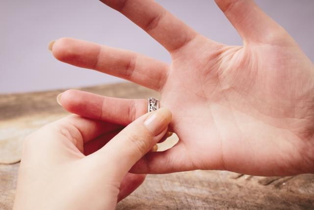 婚約破棄になって指輪を外すところ