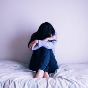マリッジブルーで落ち込んでベッドで落ちている女性