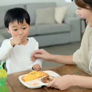 自分で食事が出来るようになってきて喜んでいる母親