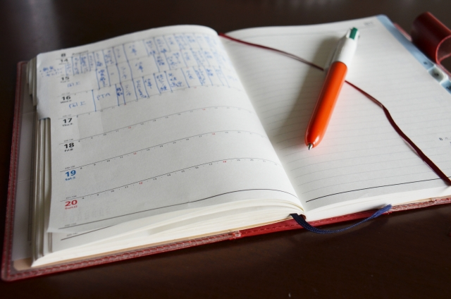 子供の成長を記録した育児日記を書いている様子