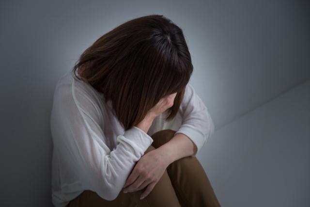 シングルマザーで辛い事を一人で抱えて悩んでいる女性