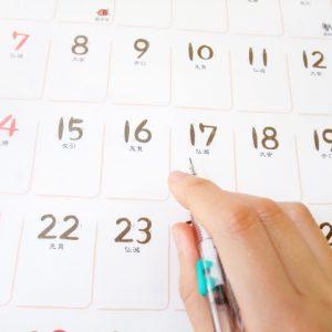 カレンダーにしるしを付ける人
