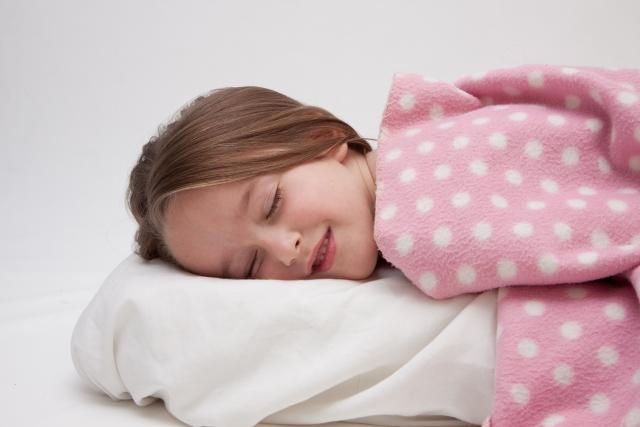 ふかふかの毛布を抱きしめている金髪の少女