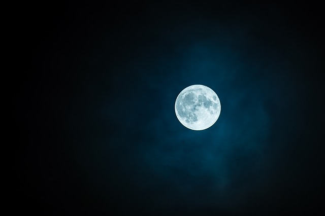 深夜の満月