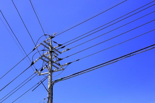 青空に聳え立つ電柱