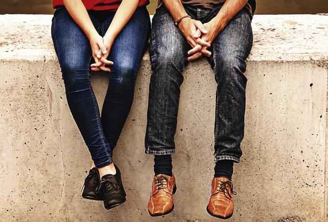 外で隣同士で座っているカップル