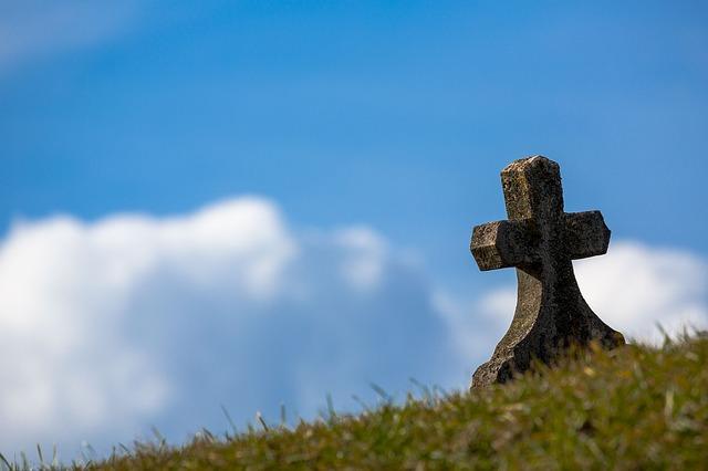 青空の下で1つ立っている墓