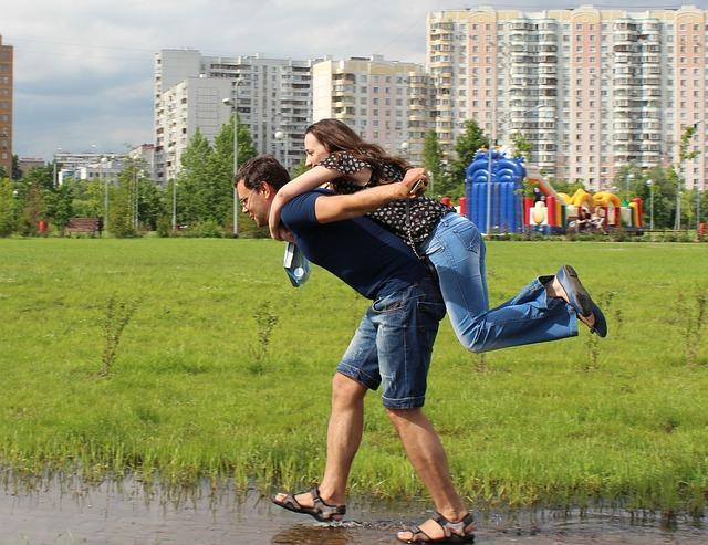 公園でおんぶしてはしゃぐ仲の良い異性の友達同士