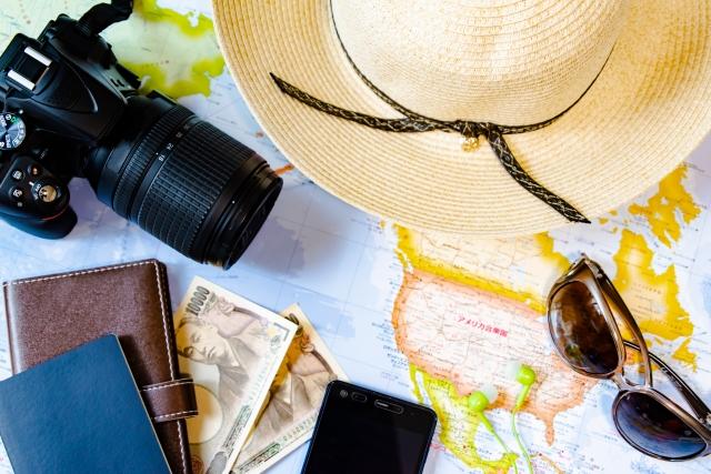 カメラや帽子や財布が置かれた机