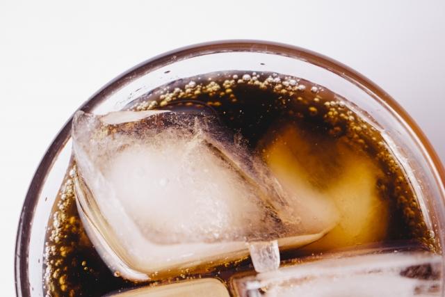 氷が入ったコーラ