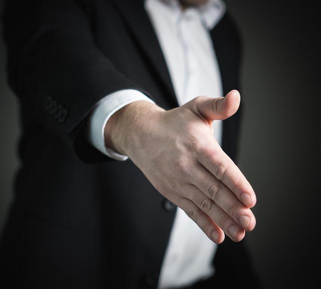 面接で合格の手を差し伸べる面接官