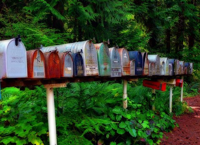 ずらっと並んだ郵便ポスト