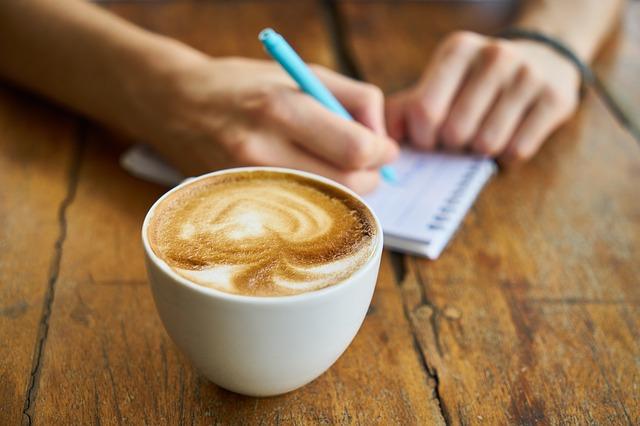 スタバでカフェオレを飲みながら勉強する学生