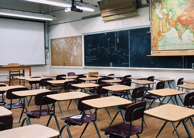 卒業式でガランとして寂しい雰囲気の教室