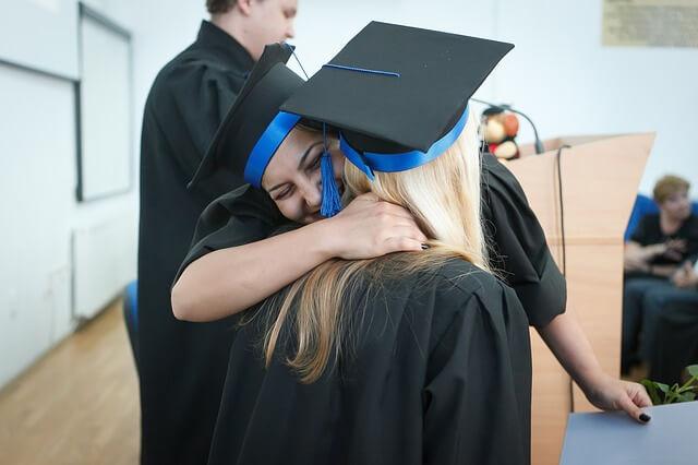 卒業式で抱き合う女子大生2人